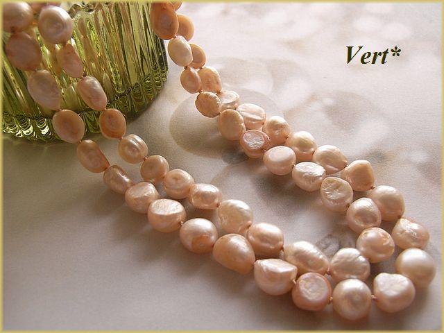 Vert* 【Vermeil】 ホワイト×サーモンピンク母貝付フラットバロック淡水パールグリフィンロングネックレス