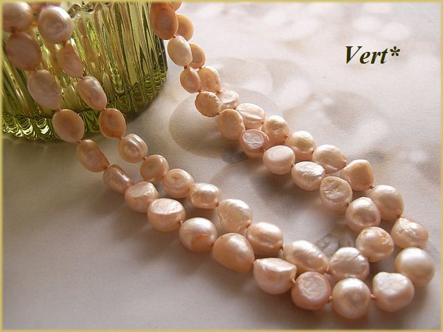 Vert* 【K14GF】 ホワイト×サーモンピンク母貝付フラットバロック淡水パールグリフィンロングネックレス