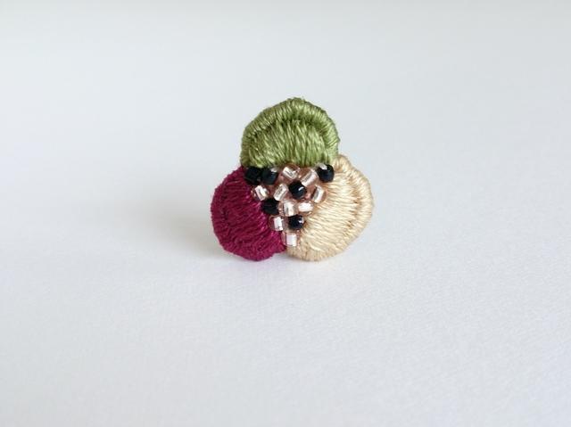 『3色花びらの手刺繍』ブローチ No.1