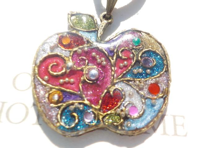虹色な りんご レジンネックレス