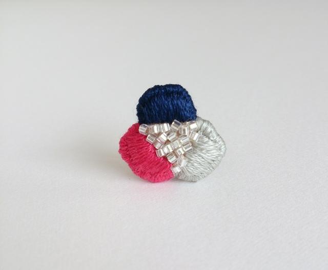 『3色花びらの手刺繍』ブローチ No.2