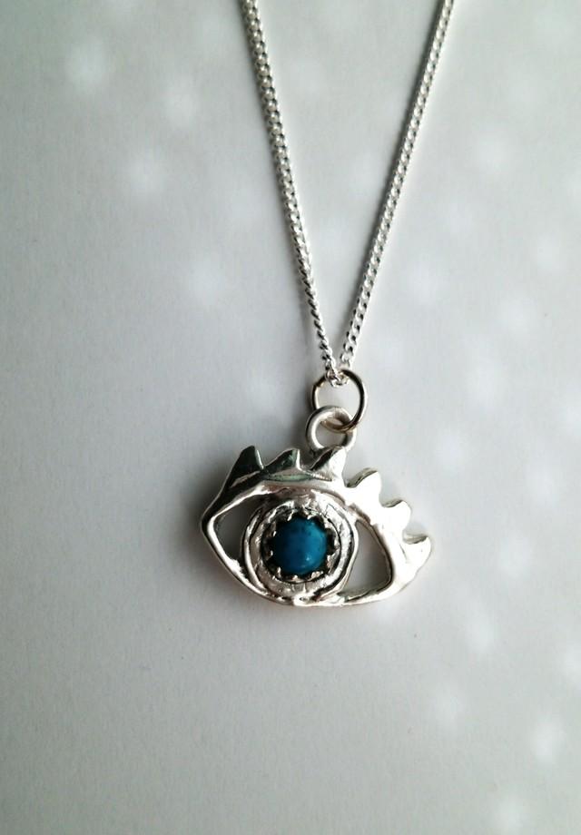 青いひとみのネックレス