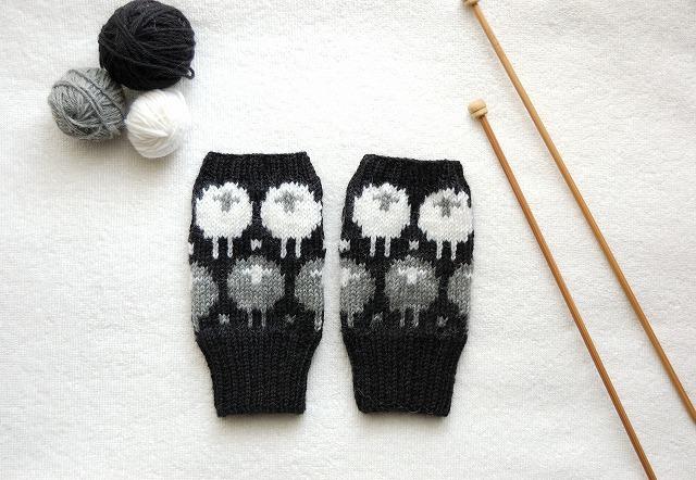 手編みの指なしミトン【ひつじ】 グレー&白ひつじ