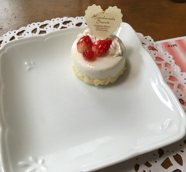 可愛い苺ケーキのメモスタンドトレイ