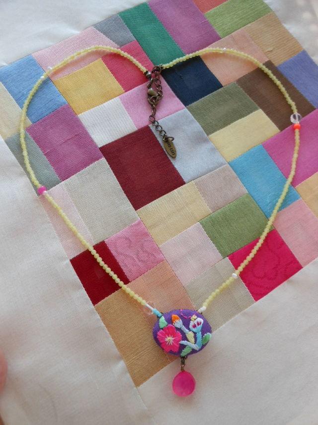 紫の刺繍ネックレス