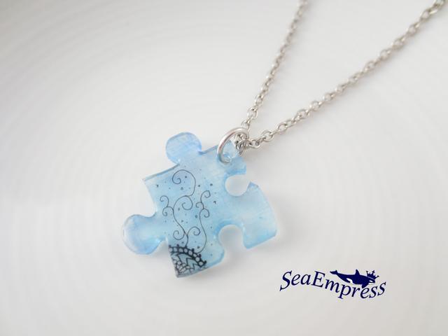 小さな自然と青いパズルネックレス