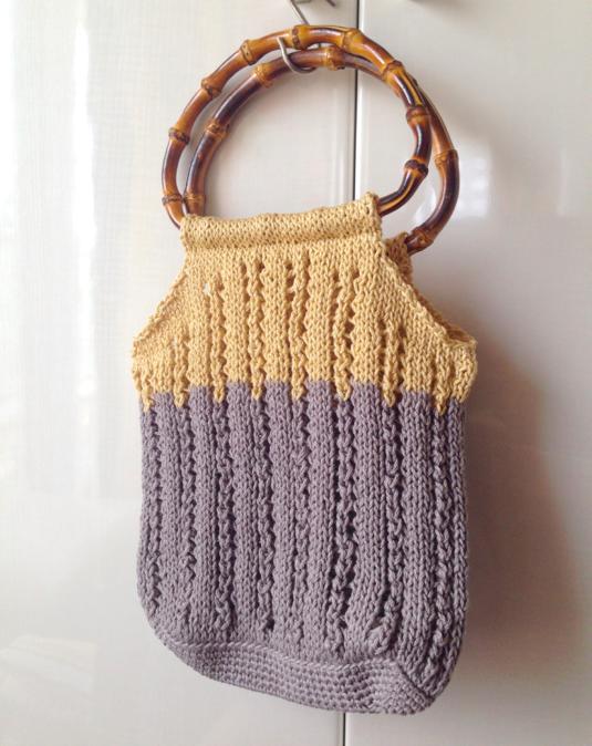 バイカラーの透かし編みバッグ