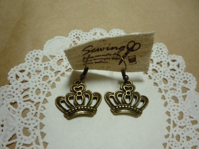 王冠のピアス