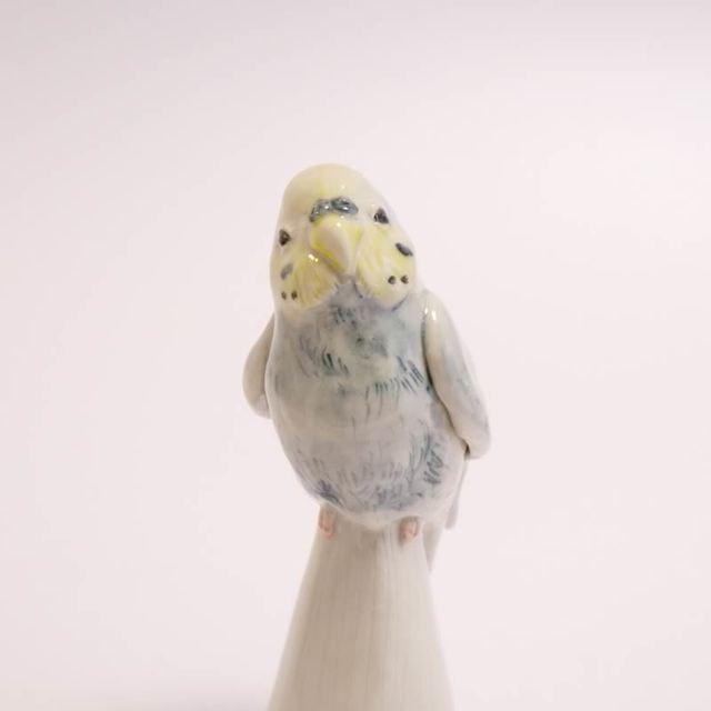陶器のレインボー色のセキセイインコ (小鳥の置物 )
