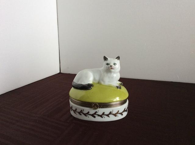 アンティーク白磁猫の小判型蓋物