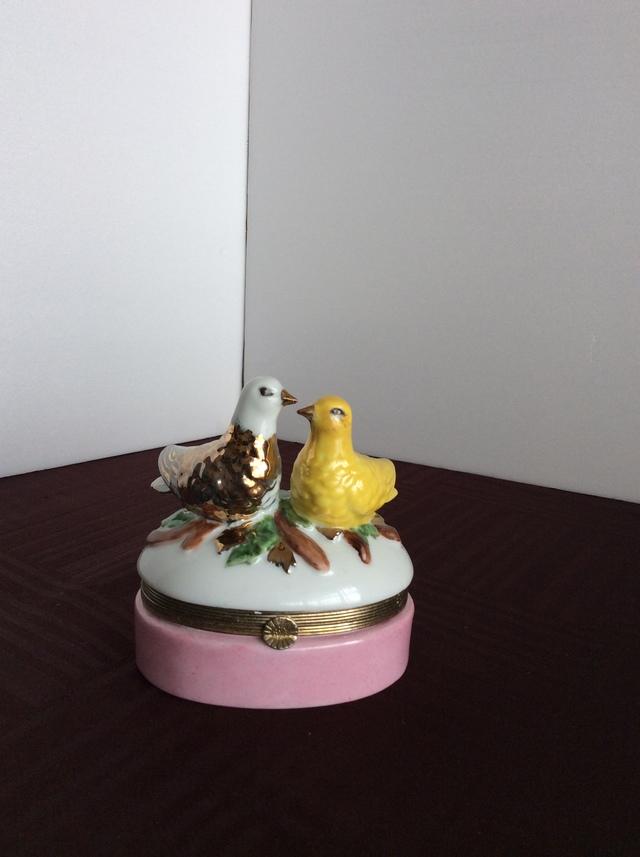 アンティークの白磁2羽の鳩の小判型蓋物