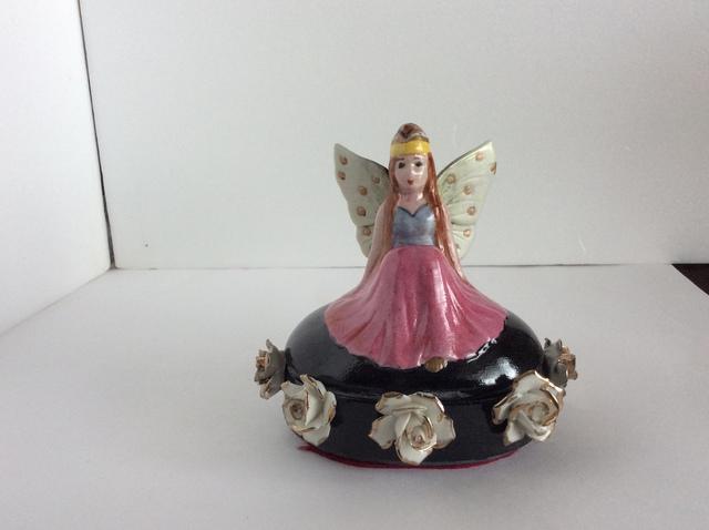 アンティークの白磁の蝶妖精の置物