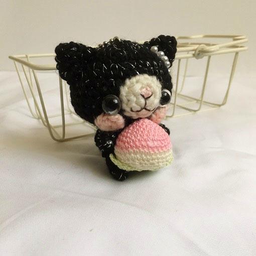 -風水モチーフ- ピンク色の桃と黒猫さんあみぐるみボールチェーン
