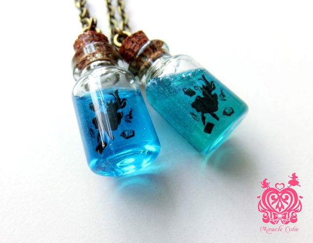 アリスのガラスボトルペンダント (ブルー)