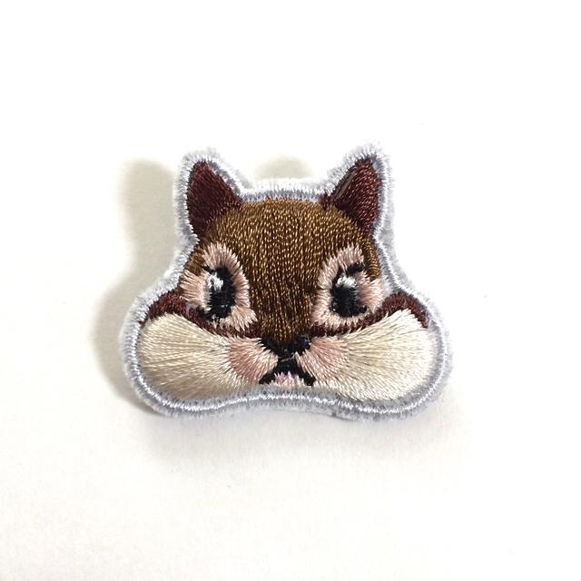 くいしんぼうのシマリス刺繍ブローチ