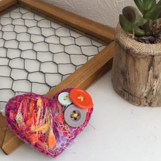 毛糸刺繍のふわふわブローチ ハート