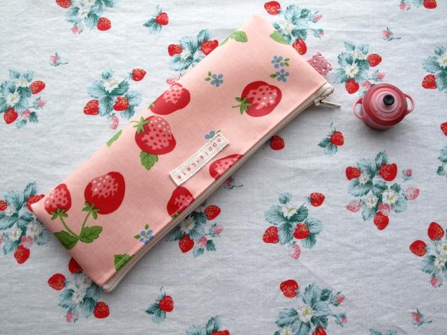 *大きないちご柄のペンケース*ピンク色*ラミネート*