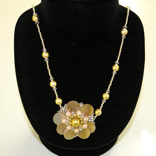貝の花のネックレス