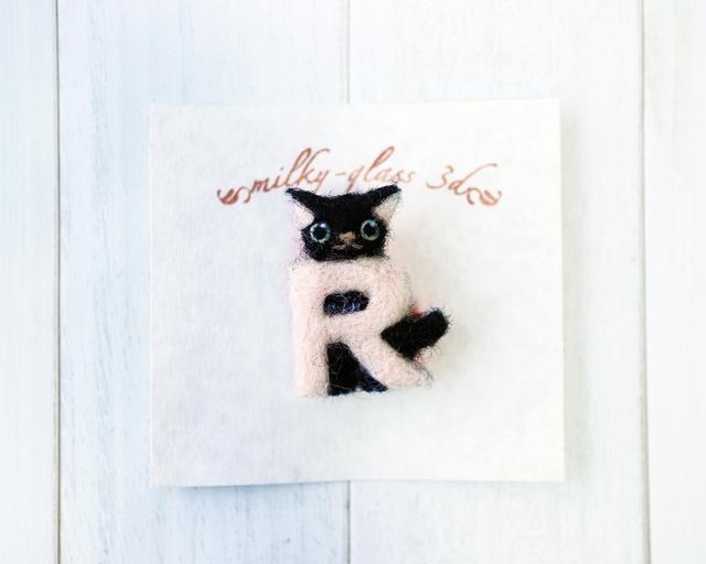 猫とイニシャルのブローチ [R]