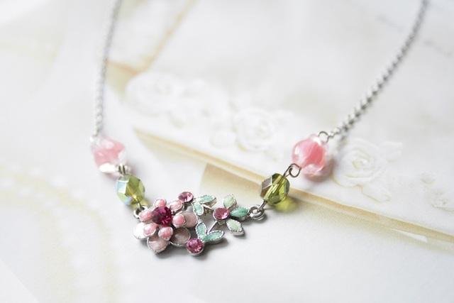 ベビーピンクの花畑ネックレス