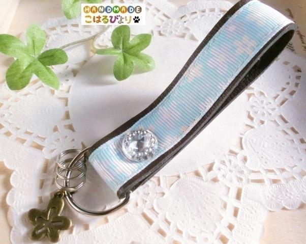 【セール】パステルブルーの花柄合皮製キーストラップ?