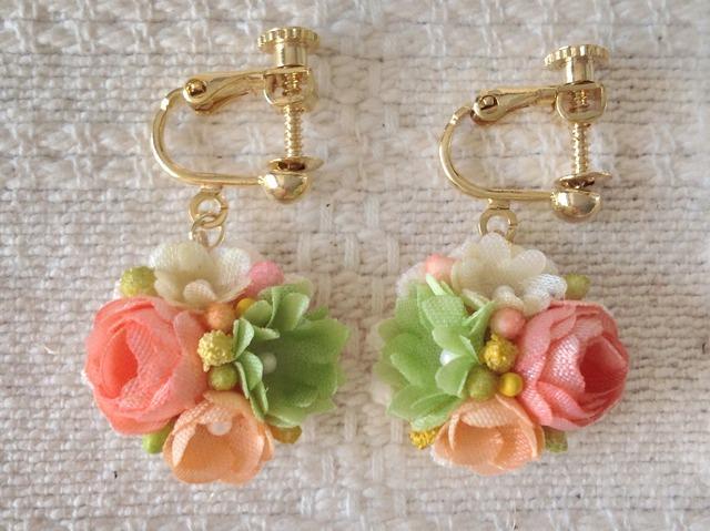 小花のぶら下がりイヤリング(ピンク&緑&ホワイト&サーモン)