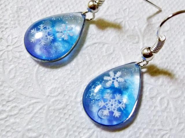 レジン 雪の結晶入り青い冬のしずくピアス