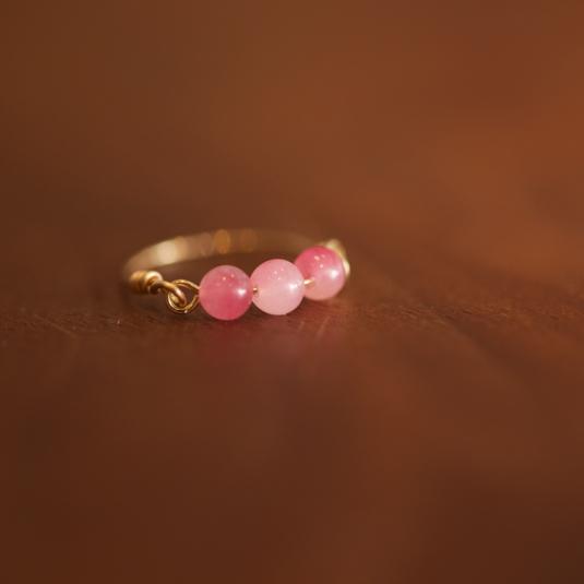ピンクに色づいた水晶のワイヤーリング
