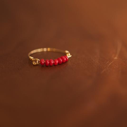 紅色に染まった白サンゴのワイヤーリング