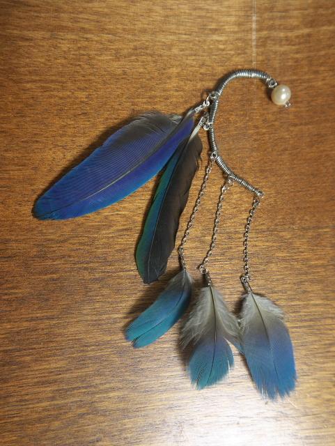 ルリコンゴウインコの羽根のイヤーフック(右耳用)