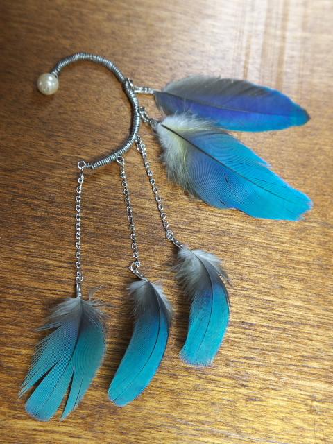 ルリコンゴウインコの羽根のイヤーフック(左耳用)