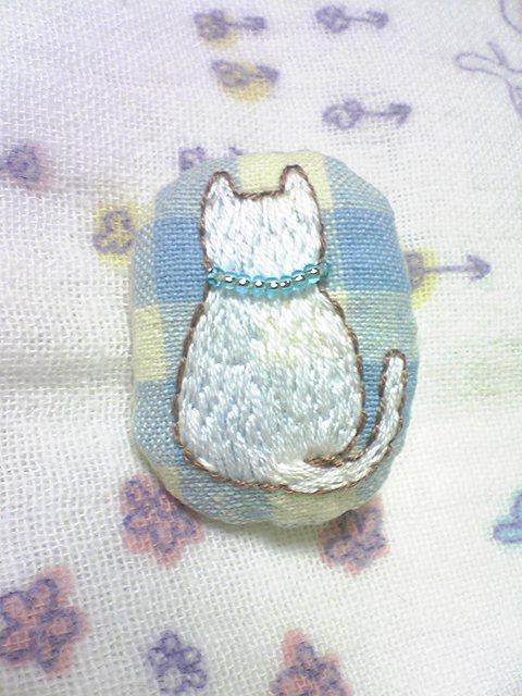 白猫さんの後ろ姿 刺繍ブローチB