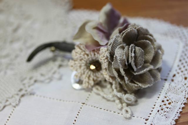 布花と編み花のコサージュ・パープルベージュ
