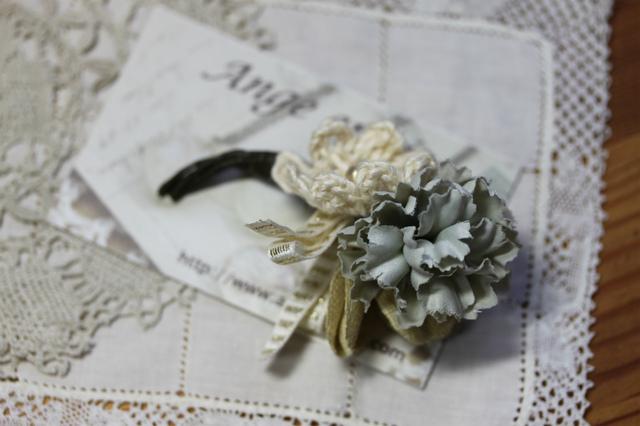 布花と編み花のコサージュ・ライトブルー