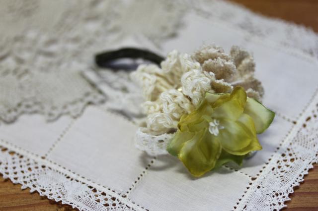 布花と編み花のコサージュ・イエロー