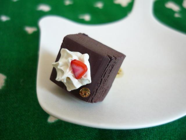 小さなガトーショコラのリング(イチゴ)