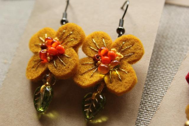 フェルトと刺繍のピアス 黄色いお花