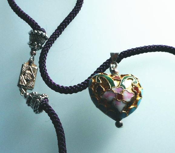 花模様の七宝クロワゾネのふっくらハートのペンダント*ダークパープルのシルクネックレス付き