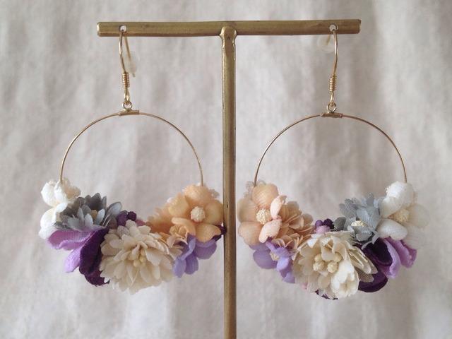 染め花のフープピアス(オフホワイト&ムラサキ)