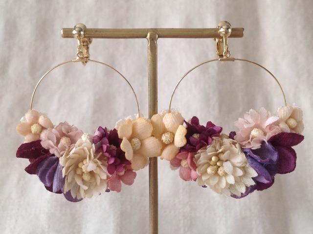 染め花のフープイヤリング(オフホワイト&アカムラサキ)