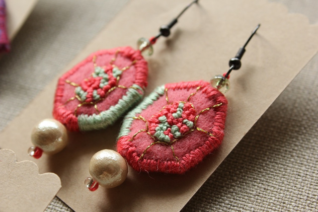 フェルトと刺繍のピアス ピンク