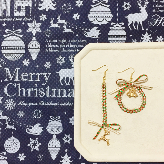クリスマスカラーの編み編みリボンピア...