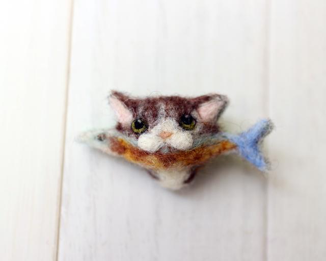 サンマをくわえたトラ猫のブローチ