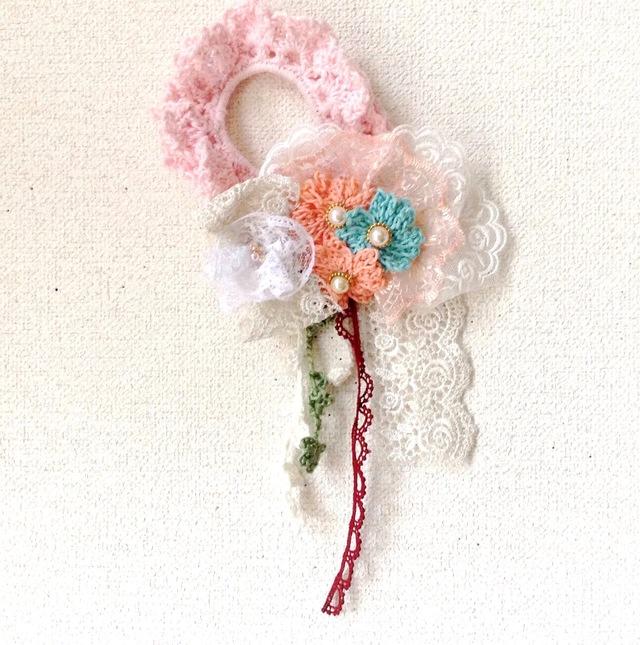 お花のブーケブローチ付きピンクシュシュ