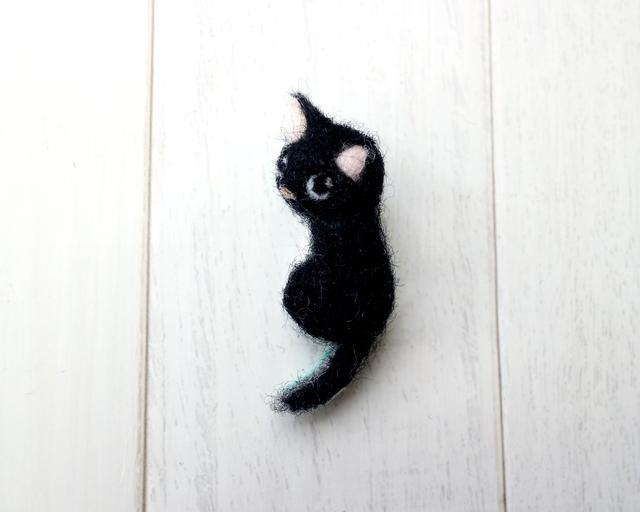 小さな黒い猫のブローチ