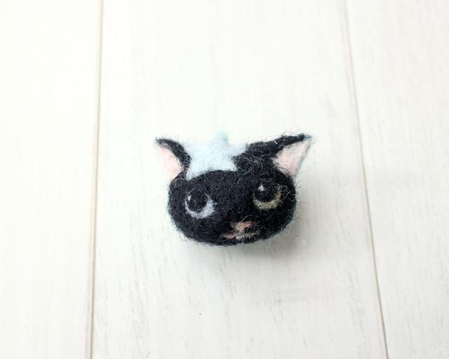 星を乗せたオッドアイの黒猫ブローチ