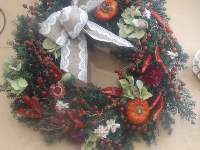 唐辛子とバラの実のクリスマスリース