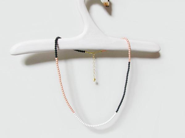 マットな3色のパールのネックレス
