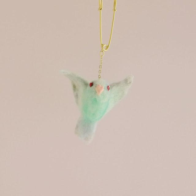 【L様ご注文分】小鳥ブローチ 飛び立つマメルリハ(ブルーファローの女の子)