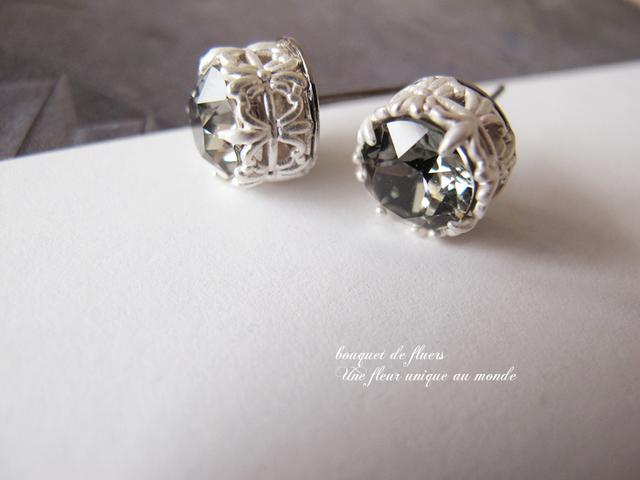 ブラックダイヤの白花紋チタンフックピアス